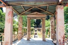 Κατώφλι μιας βίλας με έναν όμορφο κήπο στη archeological περιοχή της Πομπηίας Στοκ Φωτογραφίες