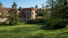 Κατώφλι του Castle Trebon με τον κήπο στοκ εικόνα