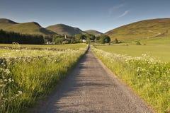 Κατ' ευθείαν στους πράσινους λόφους πέρα στοκ εικόνες με δικαίωμα ελεύθερης χρήσης