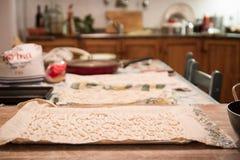 Κατ' οίκον γίνοντα ζυμαρικά στα ιταλικά κουζίνα Στοκ Φωτογραφία