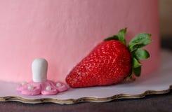 Κατ' οίκον γίνοντα κέικ μωρών με το ειδώλιο μωρών Στοκ φωτογραφία με δικαίωμα ελεύθερης χρήσης