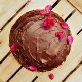 Κατ' οίκον γίνοντα κέικ σοκολάτας στο ξύλινο υπόβαθρο Στοκ Εικόνες