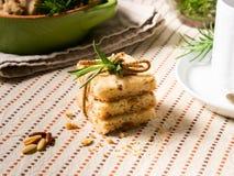 Κατ' οίκον γίνοντα μπισκότα με τα καρύδια δεντρολιβάνου και pignoli Στοκ φωτογραφίες με δικαίωμα ελεύθερης χρήσης
