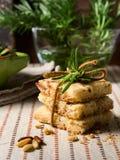 Κατ' οίκον γίνοντα μπισκότα με τα καρύδια δεντρολιβάνου και pignoli Στοκ Εικόνες