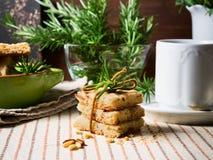 Κατ' οίκον γίνοντα μπισκότα με τα καρύδια δεντρολιβάνου και pignoli Στοκ φωτογραφία με δικαίωμα ελεύθερης χρήσης