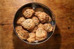 Κατ' οίκον γίνοντα μπισκότα σε έναν κασσίτερο Στοκ Φωτογραφία
