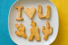 Κατ' οίκον γίνοντα μπισκότα σ' αγαπώ στο κίτρινο και μπλε υπόβαθρο Στοκ Εικόνα