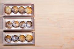 Κατ' οίκον γίνοντα μπισκότο κουλουρακιών που ευθυγραμμίζεται στα ξύλινα κιβώτια Στοκ Φωτογραφίες