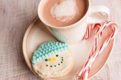 Κατ' οίκον γίνοντα μπισκότο χιονανθρώπων και καυτή σοκολάτα Στοκ Φωτογραφίες