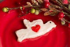 Κατ' οίκον γίνοντα μπισκότο Χριστουγέννων στο κόκκινο πιάτο Στοκ φωτογραφίες με δικαίωμα ελεύθερης χρήσης