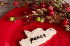 Κατ' οίκον γίνοντα μπισκότο Χριστουγέννων στο κόκκινο πιάτο Στοκ Εικόνες