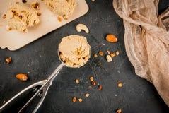 Κατ' οίκον γίνοντα παγωτό καρυδιών καραμέλας Στοκ Φωτογραφία