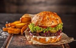 Κατ' οίκον γίνοντα χάμπουργκερ με το μαρούλι και το τυρί Στοκ Εικόνα