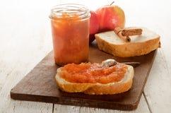 Κατ' οίκον γίνοντα applesauce κανέλας στο ψωμί Στοκ φωτογραφία με δικαίωμα ελεύθερης χρήσης