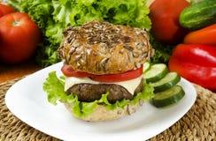 Κατ' οίκον γίνοντα burger για τη χρονο διατροφή Στοκ Εικόνα