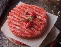 Κατ' οίκον γίνοντα burger μαγείρεμα Στοκ Εικόνα