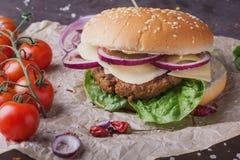Κατ' οίκον γίνοντα burger μαγείρεμα Στοκ Φωτογραφία