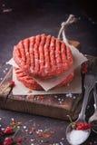 Κατ' οίκον γίνοντα burger μαγείρεμα Στοκ Φωτογραφίες