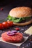 Κατ' οίκον γίνοντα burger μαγείρεμα Στοκ Εικόνες