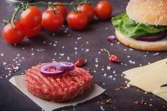 Κατ' οίκον γίνοντα burger μαγείρεμα Στοκ εικόνα με δικαίωμα ελεύθερης χρήσης