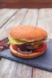 Κατ' οίκον γίνοντα burger τυριών Στοκ Φωτογραφία