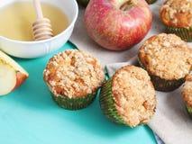 Κατ' οίκον γίνοντα muffins μήλων με το μέλι Στοκ φωτογραφία με δικαίωμα ελεύθερης χρήσης