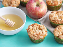 Κατ' οίκον γίνοντα muffins μήλων με streusel Στοκ εικόνες με δικαίωμα ελεύθερης χρήσης