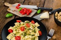 Κατ' οίκον γίνοντα ravioli με το pesto βασιλικού Στοκ εικόνα με δικαίωμα ελεύθερης χρήσης