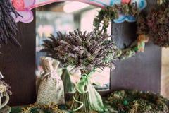 Κατ' οίκον γίνοντη ξηρά Lavender ανθοδέσμη και Shabby κομψή διακόσμηση Στοκ Εικόνες
