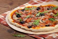 Κατ' οίκον γίνοντη πίτσα - ξηραμένα από τον ήλιο ντομάτες και κρέας Στοκ Εικόνες
