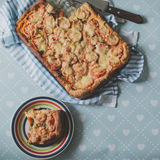 Κατ' οίκον γίνοντη χειροτεχνική χορτοφάγος πίτα πιτσών με τα πιπέρια κρεμμυδιών Στοκ φωτογραφία με δικαίωμα ελεύθερης χρήσης