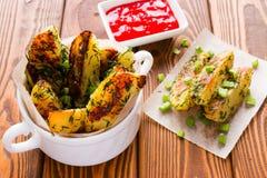 Κατ' οίκον τηγανισμένες πατάτες με τα πράσινα κρεμμύδια Στοκ φωτογραφίες με δικαίωμα ελεύθερης χρήσης