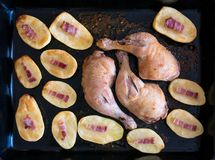 Κατ' οίκον ψημένες πόδια και πατάτα κοτόπουλου Στοκ Φωτογραφία