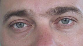 Καυκάσια αρσενικά μάτια με τις διαφορετικές συγκινήσεις στενό άκρο επάνω φιλμ μικρού μήκους
