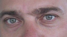 Καυκάσια αρσενικά μάτια με τις διαφορετικές συγκινήσεις στενό άκρο επάνω απόθεμα βίντεο