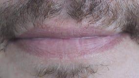 Καυκάσια αρσενικά χείλια με τις διαφορετικές συγκινήσεις στενό άκρο επάνω απόθεμα βίντεο