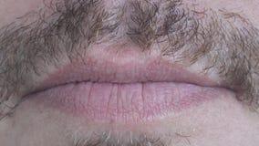 Καυκάσια αρσενικά χείλια με Moustache στενό άκρο επάνω απόθεμα βίντεο