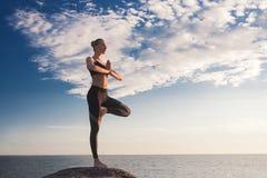 Καυκάσια γιόγκα άσκησης γυναικών ικανότητας Στοκ Φωτογραφίες