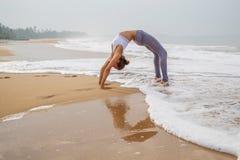 Καυκάσια γιόγκα άσκησης γυναικών στην ακτή του τροπικού ωκεανού Στοκ Εικόνες