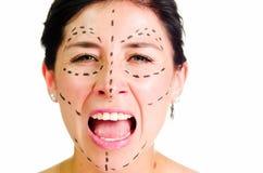 Καυκάσια γυναίκα κινηματογραφήσεων σε πρώτο πλάνο headshot με τις διαστιγμένες γραμμές που σύρονται γύρω από το πρόσωπο που εξετά Στοκ Εικόνες