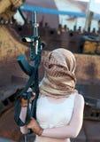 Καυκάσια γυναίκα με ένα πυροβόλο όπλο στο αραβικό μαντίλι Στοκ φωτογραφία με δικαίωμα ελεύθερης χρήσης