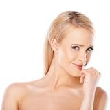 Καυκάσια γυναίκα με το sedictive χαμόγελο Στοκ φωτογραφία με δικαίωμα ελεύθερης χρήσης