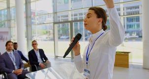 Καυκάσια γυναίκα ομιλητής που μιλά σε ένα επιχειρησιακό σεμινάριο 4k φιλμ μικρού μήκους