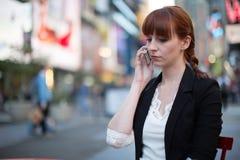 Καυκάσια γυναίκα που μιλά στο κινητό τηλέφωνο Στοκ φωτογραφία με δικαίωμα ελεύθερης χρήσης