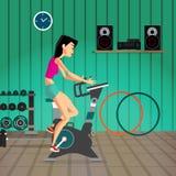 Καυκάσια γυναίκα που οδηγά το στάσιμο ποδήλατο στη γυμναστική Φίλαθλο gir Στοκ φωτογραφία με δικαίωμα ελεύθερης χρήσης