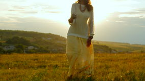 Καυκάσια γυναίκα που περπατά τον τομέα της Προβηγκίας που απολαμβάνει το χρόνο και τον ήλιο Έννοια ταξιδιού 4k φιλμ μικρού μήκους