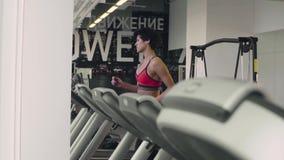 Καυκάσια γυναίκα που τρέχει treadmill απόθεμα βίντεο