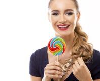 Καυκάσια γυναίκα που φορά το μαγιό, το καπέλο και το κράτημα lollypop Στοκ Εικόνες