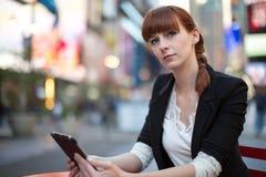 Καυκάσια γυναίκα που χρησιμοποιεί το PC ταμπλετών Στοκ φωτογραφία με δικαίωμα ελεύθερης χρήσης