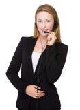 Καυκάσια επιχειρηματίας με την κάσκα για τις εξυπηρετήσεις πελατών Στοκ φωτογραφία με δικαίωμα ελεύθερης χρήσης
